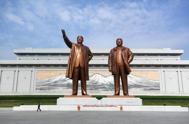Suurten johtajien patsaat on Pohjois-Koreassa syytä kuvata kokonaisina.