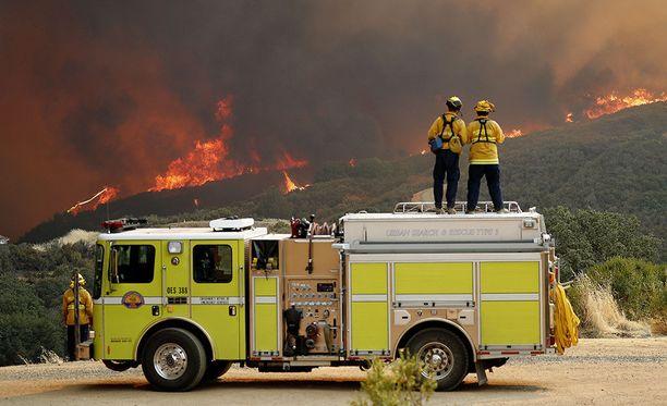 Palomiehet katselevat paloaluetta Lakeportissa Kaliforniassa 31. heinäkuuta. Tällä hetkellä noin 14 000 palomiestä työskentelee saadakseen rajut maastopalot hallintaan.