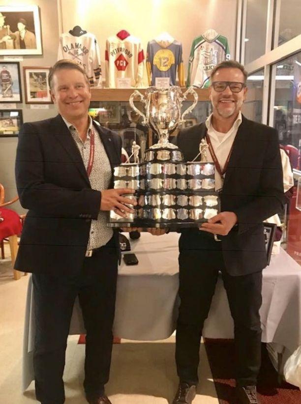 Peterborough Petesin OHL- ja Memorial Cupin mestarijoukkue kokoontui viime syksynä voittojen 40-vuotisjuhliin. Veli-Pekka Kinnunen (vas.) ja Anssi Melametsä esittelivät palkintoa.
