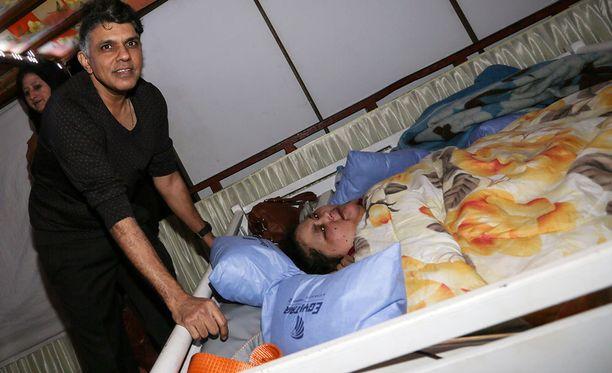 Eman Ahmed saapui Intiaan hoidettavaksi helmikuun 11. päivänä. Hänet lennätettiin Mumbaihin Egyptairin erikoisvarusteisella rahtikoneella.
