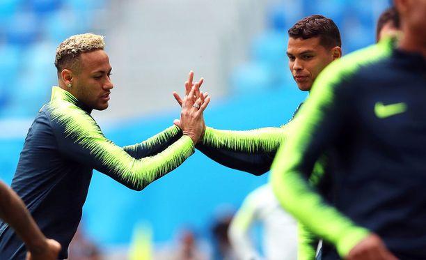Brasilian supertähti Neymarin ja kapteeni Thiago Silvan välillä kuohui perjantaina.
