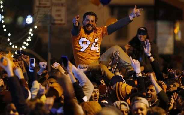 Denverin viileille kaduille kerääntyi myöhään sunnuntai-iltana valtava ihmismassa.