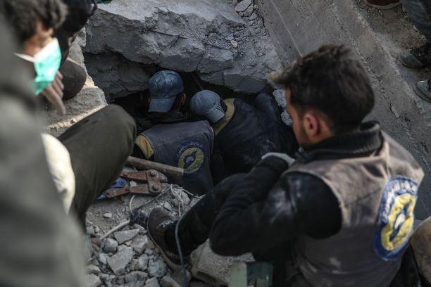 Väestönsuojeluviranomaiset etsivät ruumista sunnuntaina Doumassa. Rakennus romahti ilmaiskun vuoksi helmikuun 22. päivänä, ja uhri oli yhä kateissa.