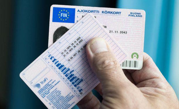 Esko Riihelä toteaa, että ajokortti on kokonaisuus. Kortin voimassa olo raukeaa, jos viranomaisten vaatimia todistuksia ei toimiteta. Kuvan ABC-kortti ei ole kysyjän.