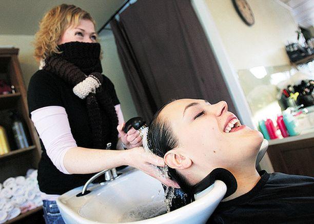 Parturi-kampaaja Laura Kaattari arvioi Pihlan testaamia pitkien hiusten tuotteita pesemällä Pihlan tukan kahdessa osassa. Paksu kaulaliina esti Lauraa tunnistamasta tuotteiden tuoksuja.