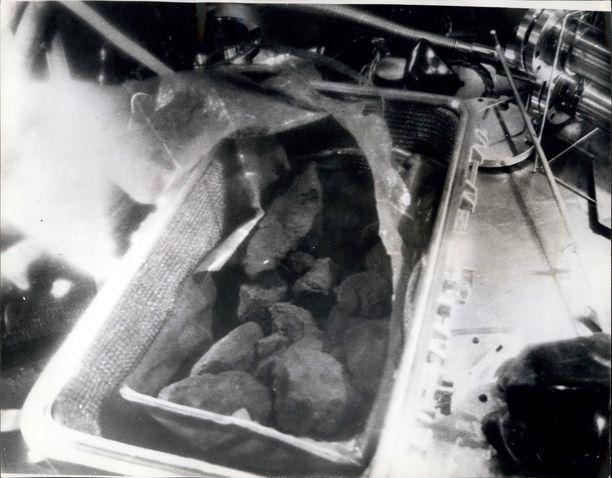 Tässä ensimmäisen kuulennon Apollo 11:n mukanaan tuomia näytteitä Maan kiertolaiselta.