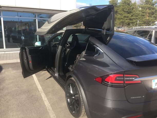 Marco Bjurströmin tummassa Tesla-autossa on näyttävät haukansiipiovet.