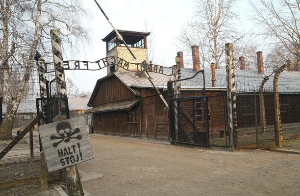 Auschwitzin keskitysleirin sisäänkäynti. Leirin vapauttamisesta on nyt 75 vuotta.
