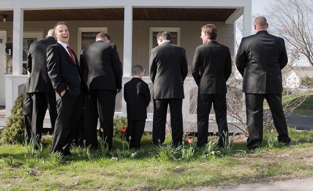 """Kuvan herrasmiehet eivät ole """"Spitzpinklereitä"""". Eivätkä he liity tapaukseen."""