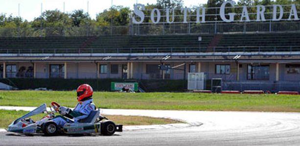 Tässä ajaa Michael Schumacher, 40, Lonaton radalla Italiassa.
