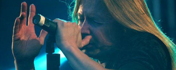 Timo Kotipelto ohjeisti konserttiyleisön poistumaan rauhallisesti.