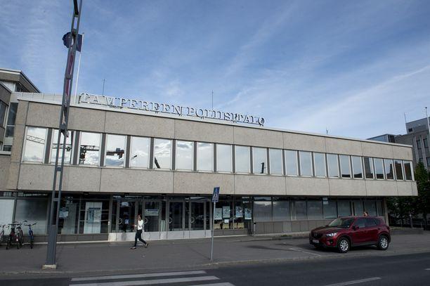 Sisä-Suomen poliisin toimipiste näkyy ohikulkijoille tyypillisesti Hatanpään valtatiellä. Murhasta epäilty mies käveli lupapalvelupisteen taakse poliisipäivystykseen.