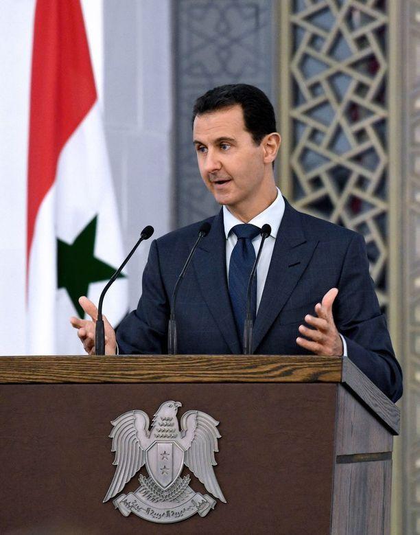 Syyrian presidentti Bashar al-Assad onnitteli tiistaina saarron rikkoneita sotilaita. Arkistokuva.