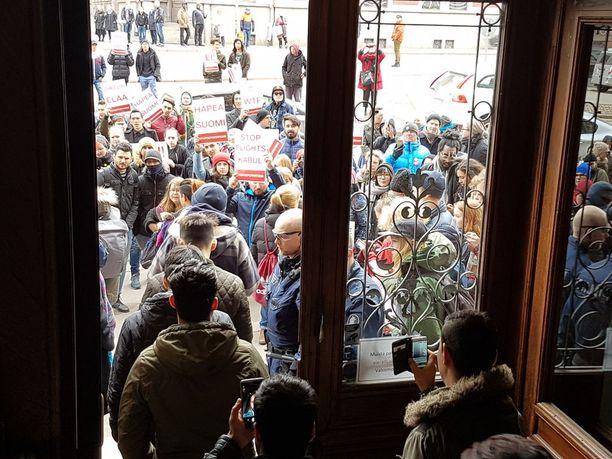 Pakkopalautuksia vastustavat mielenosoittajat kokoontuivat huhtikuussa sisäministeriölle.