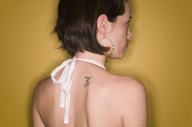 Myöhemmin pyörittelimme silmiämme sille, kuinka tatuoijat itsekään eivät välttämättä tienneet, mitä tarkalleen hakkasivat nahkaamme. Jos merkkien pieniin yksityiskohtiin ei kiinnitetty huomiota, sanan merkitys saattoi muuttua täysin.