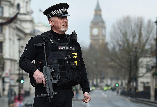Aseistetut poliisit partioivat terrori-iskun jälkeen Lontoon keskustassa.