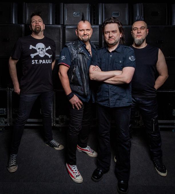 Tässä on Klamydian uusi kokoonpano. Oikealla uusi rumpali Pasi Helin. Vasemmalla Sami Kohtamäki, keskellä Vesku Jokinen ja oikealla Jari Helin.