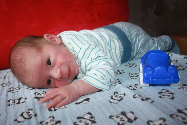 Kaksiviikkoinen poika on tyytyväinen ja rauhallinen vauva.