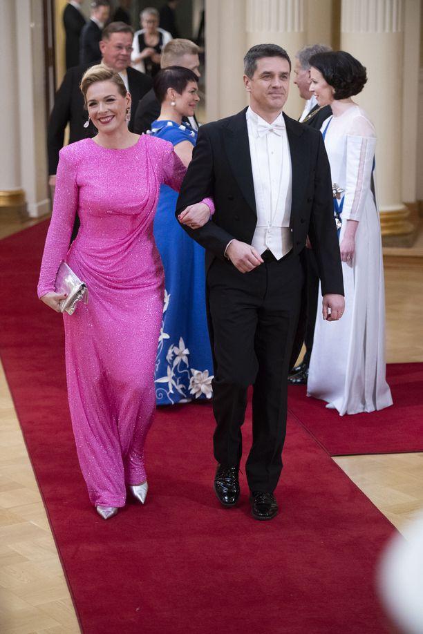 Uutisankkuri Piia Pasanen ihastutti Teemu Muurimäen näyttävän pinkissä iltapuvussa.