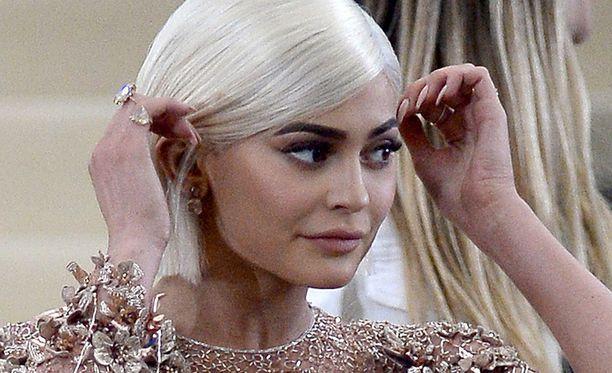 Kylie Jennerin isosiskoihin kuuluvat esimerkiksi Kim Kardashian ja Kendall Jenner.