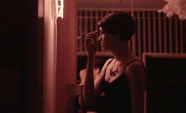 18-vuotias Bella kertoo nauttivansa seksityöläisyydestä eikä tee sitä pakon sanelemana.