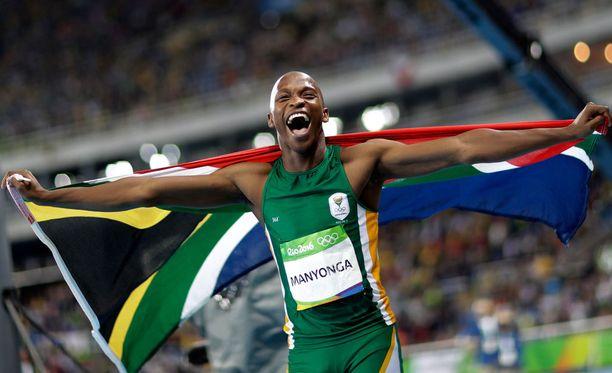 Etelä-Afrikan Luvo Manyonga oli ratketa riemusta voitettuaan olympiahopeaa.