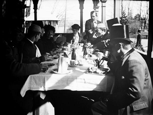 Aamiainen Kaisaniemen ravintolassa vuonna 1914.