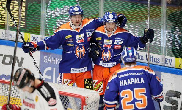 Teemu Nurmi (vas.) ja Veli-Matti Savinainen juhlivat illan sankarin Henrik Haapalan kanssa Tapparan toista maalia.