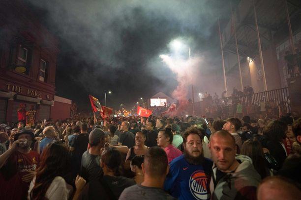 Liverpool voitti ja osa faneista kerääntyi kadulle.