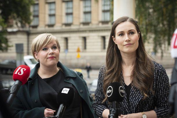 Annika Saarikko (kesk) ja Sanna Marin (sd) kuvattuna Säätytalolla syyskuussa.