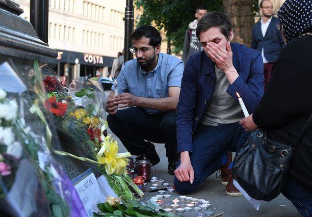 Ihmiset osallistuivat tiistai-iltana Manchesterissa pidettyyn muistotilaisuuteen.
