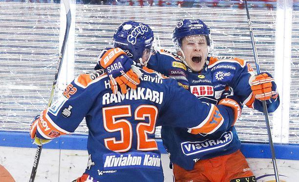 Jan-Mikael Järvinen tuuletti Otso Rantakarin kanssa komeaa maaliaan.