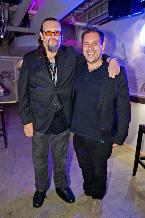 Vuonna 2013 Perttu edusti ystävänsä, elokuvatuottaja Markus Selinin kanssa Showroom-ravintolassa järjestetyssä tilaisuudessa.