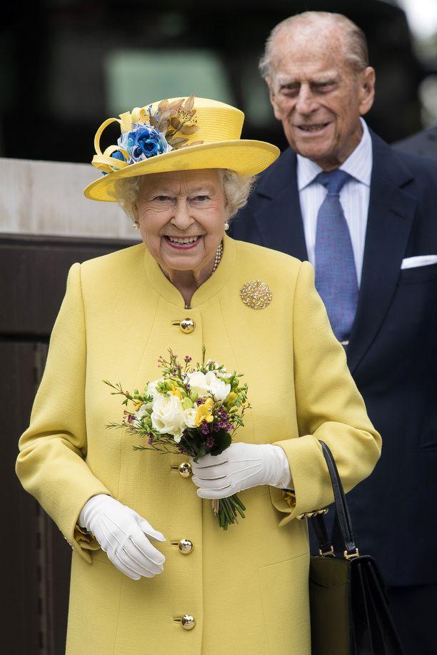 Kuningattaren tyylin kulmakiviä ovat näyttävät hatut ja pitkät takit.