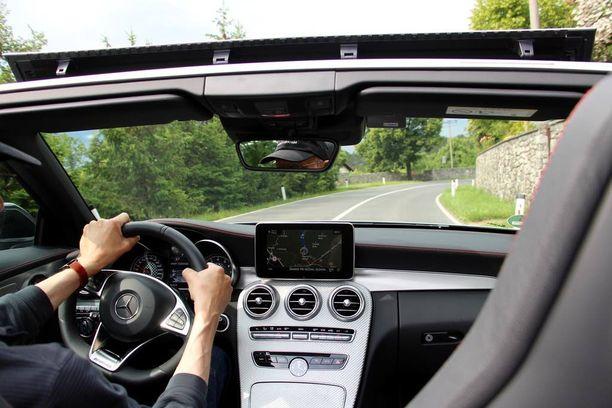 Kuumalla säällä avoautossa voi tulla tukalan kuuma, mutta C-Cabrioletin ilmastointi toimii myös katto avonaisena.