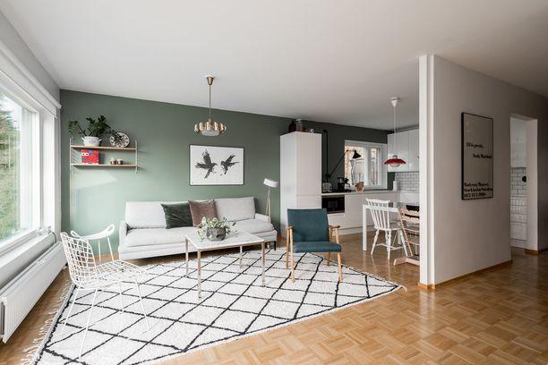 Samettia voi tuoda helposti kotiin koristetyynyjen avulla. Metsänvihreä seinä on kaunis ja ajaton valinta.