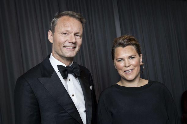 Mia Skäringer ja Felix Herngren esittävät pariskuntaa Solsidan-TV-sarjassa.