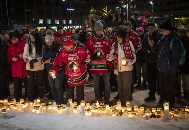 Pata-paidoissa laulajalegendan muistoa tulivat kunnioittamaan Sam Valverinne, Juha Pulkkinen ja Kiti Tähtinen.
