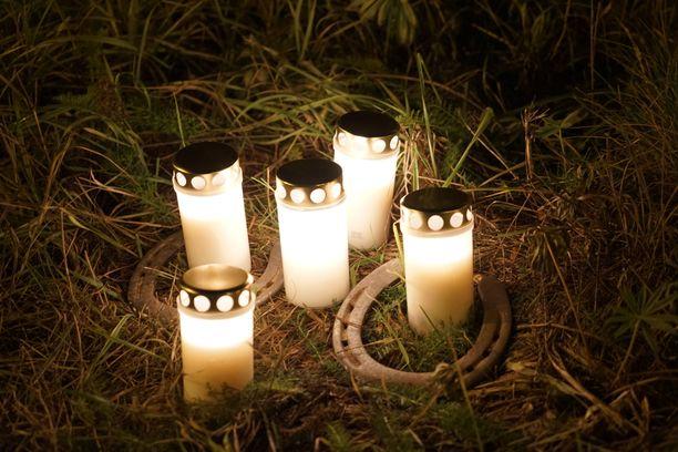 Kynttilät syttyivät kuolleen pariskunnan muistolle. Poliisin mukaan mies ja nainen olivat noin 30-vuotiaita.