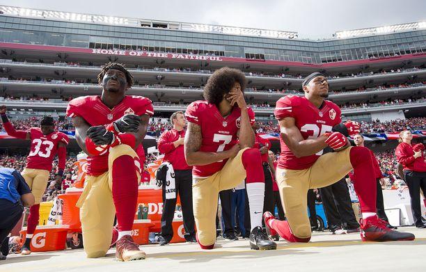 San Francisco 49ers Eli Harold, Colin Kaepernick ja Eric Reid polvistuivat ennen ottelua lokakuussa 2016.