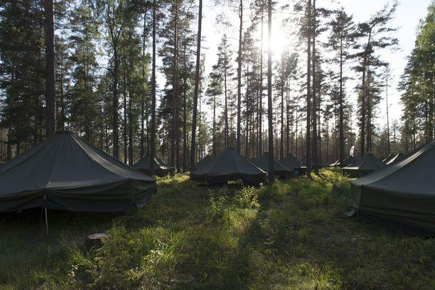 Näitä telttoja puolustusvoimat käyttää maastomajoituksessa. Kuva Jukolan viestistä vuodelta 2018.