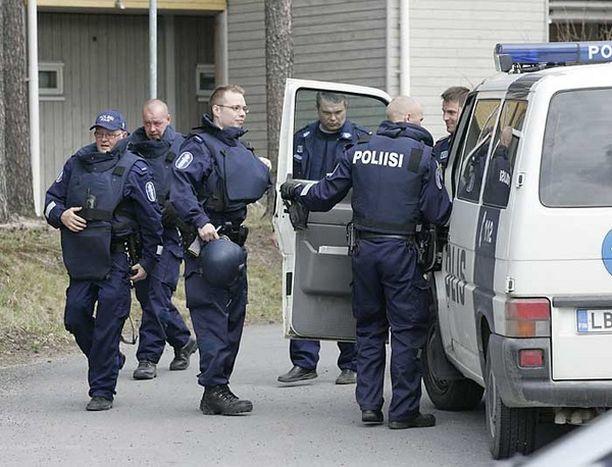 Luotiliivein varustautuneet poliisit saapuivat paikalle usean partion voimin.