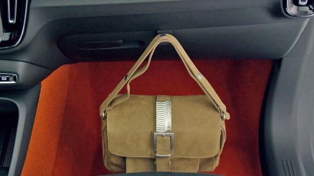 Volvoismi: hansikaskoleron kannessa on koukku pienille laukuilla.