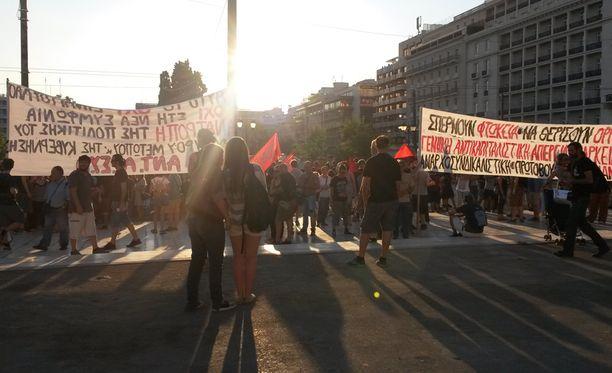 Ensimmäiseen mielenosoitukseen Kreikan ja eurojohtajien sovun jälkeen saapui muutamia satoja ihmisiä.