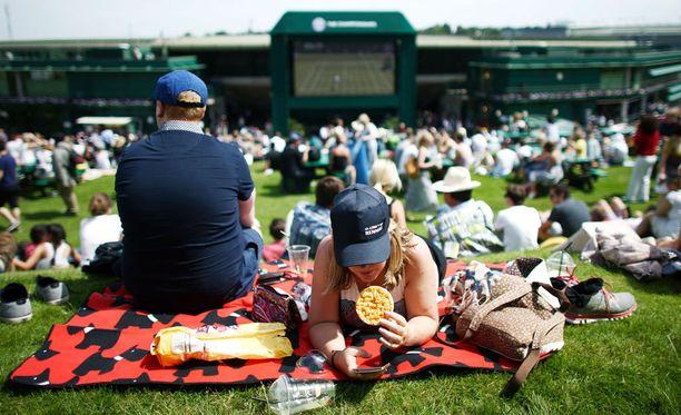 Aorangi Terracella chillaillaan, nautitaan eväitä ja katsellaan välillä jättiscreeniltä tennistä.