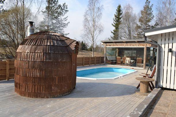 Pihalla uima-altaan vierellä on söpö pieni pihasauna, jossa on puu- ja sähkökiuas.