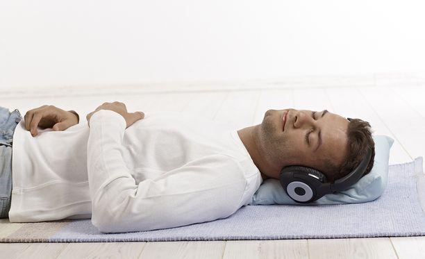 Kenenkään ei tarvitse hypätä pehmeältä patjalta suoraan kovalle lattialle, vaan muutoksia nukkumatapoihin voi tehdä hitaasti.