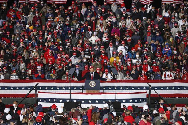 Presidentti Donald Trump villitsi lauantaina äänestäjiä Wisconsinin osavaltiossa.