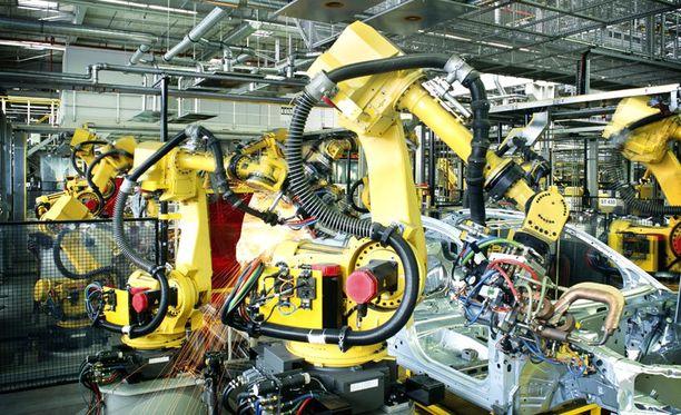 Tehdastyössä robotit ovat jo vieneet monia työpaikkoja, mutta nyt automaatio uhkaa myös monia palveluammatteja.