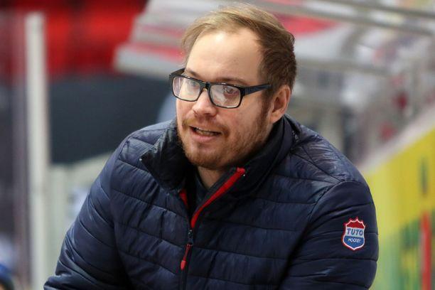 Turun jääkiekossa pitkään vaikuttanut Elmo Aittola siirrettiin syrjään A-nuorten päävalmentajan pestistä.